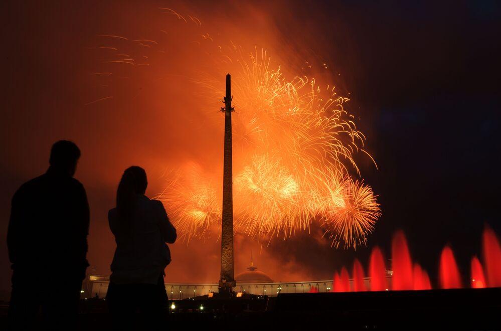الألعاب النارية بمناسبة مرور الذكرى الـ 75 لتحرير مينسك من قوات ألمانيا النازية، في تل بوكلونايا غورا في موسكو