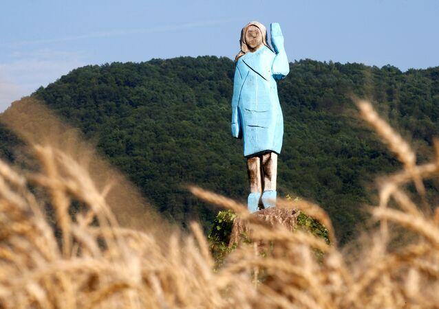 الكشف رسمياً عن تمثال خشبي بالحجم الطبيعي للسيدة الأولى في الولايات المتحدة ميلانيا ترامب في روزنو بالقرب من مسقط رأسها في سفنيكا