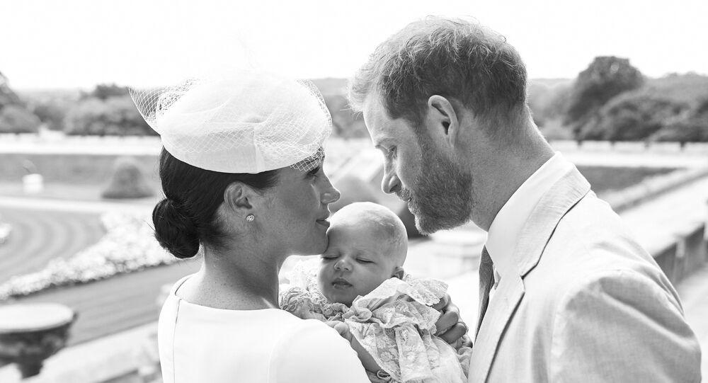 الأمير هاري وزوجته ميغان ماركل مع طفلهما آرتشي بعد تعميده