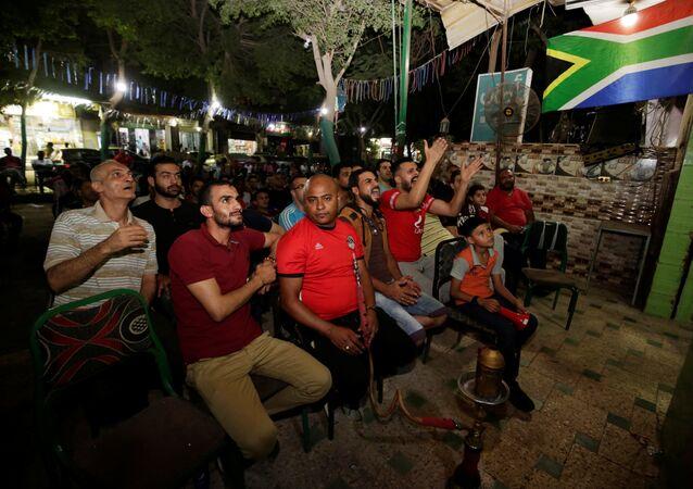 جماهير منتخب مصر على أحد المقاهي الشعبية