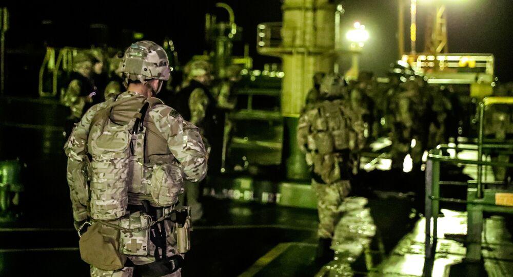 جنود بريطانيون خلال عملية تفتيش على ناقلة النفط العملاقة غريس 1 للاشتباه في أنها تحمل النفط الخام الإيراني