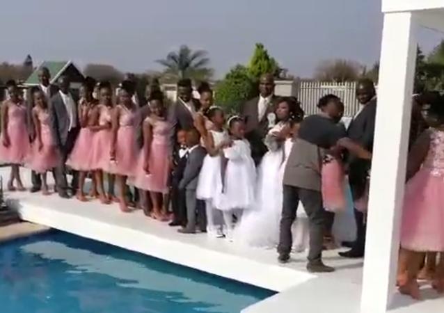 مصور يتسبب بموقف محرج للغاية لنفسه وللحضور في حفل الزفاف