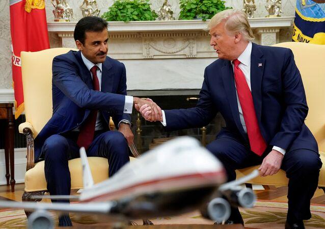 الرئيس الأمريكي دونالد يصافح أمير قطر الشيخ تميم بن حمد آل ثان في البيت الأبيض بالعاصمة الأمريكية واشنطن، 9 يوليو/تموز 2019