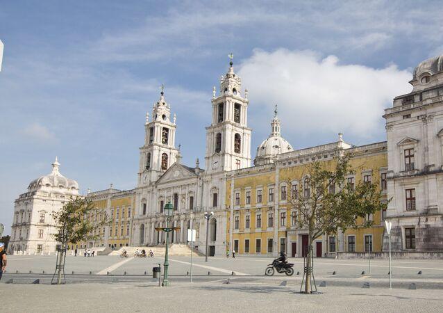 مبنى المفرى الملكي - القصر، الكنسية، الدير، حديقة سيركو، حديقة الصيد (تابادا) في البرتغال - يقع هذا الموقع على بعد 30 كم شمال غرب لشبونة، وقد بني في عهد الملك جون الخامس في عام 1711 الذي رغب من خلاله بتجسيد نظرته لمفهومي الملكية والدولة