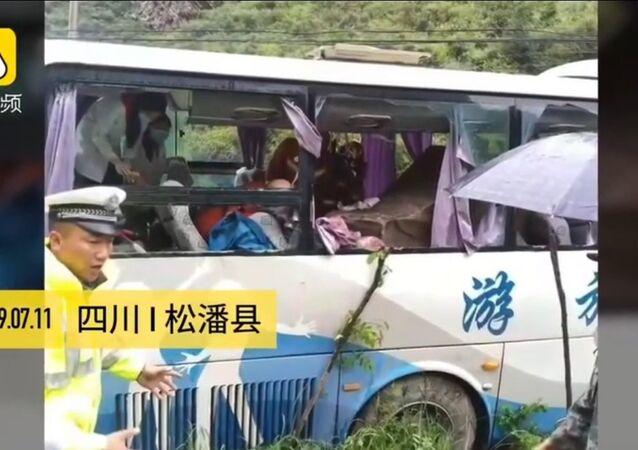 بالفيديو.. صخرة تهوي على حافلة وتقتل 8 أشخاص