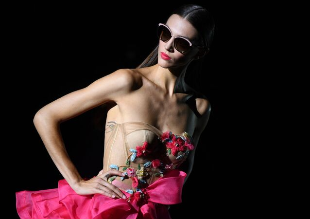 عارضة أزياء تقدم زيا من تصميم المصمم الإسباني هانيبال لاغونا في إطار عرض أزياء  أسبوع مرسيدس بنز للأزياء في مدريد، 8 يوليو/ تموز 2019