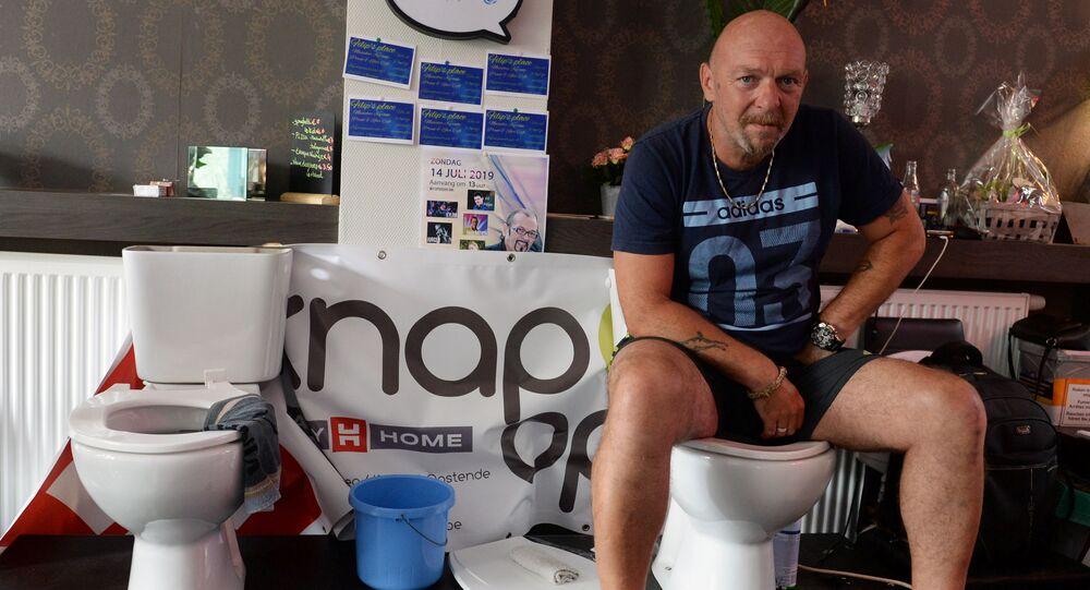 مواطن بلجيكي يسعى لدخول غينيس للأرقام القياسية بتحقيق أطول فترة جلوس على المرحاض