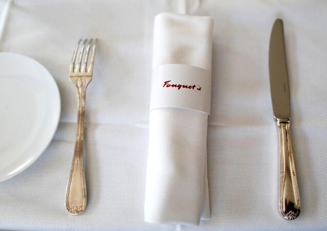 طاولة في مطعم فوكيه عشية إعادة افتتاحه في الشانزليزيه بعد حوالي 4 أشهر من نهبه من قبل السترات صفراء