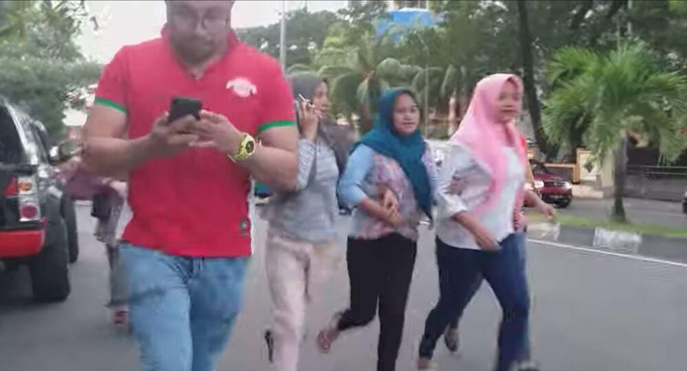 مواطنون في إندونيسيا يركضون في الشوارع بعد وقوع زلزال جزيرة هالماهيرا، 14 يوليو/تموز 2019