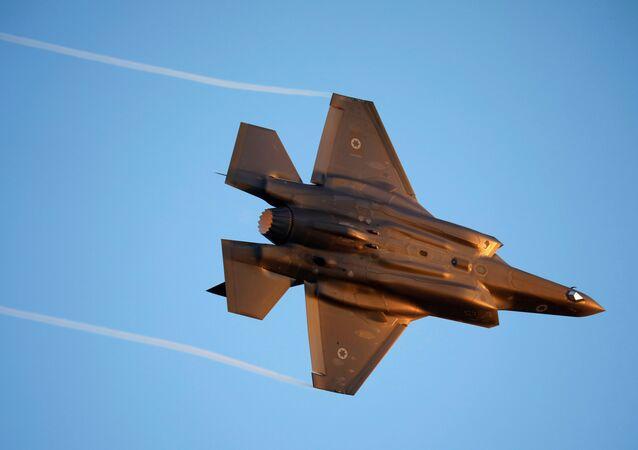 سلاح الجو الإسرائيلي F-35 يطير خلال حفل تخرج للطيارين التابعين للقوات الجوية الإسرائيلية في قاعدة هاتزريم في جنوب إسرائيل