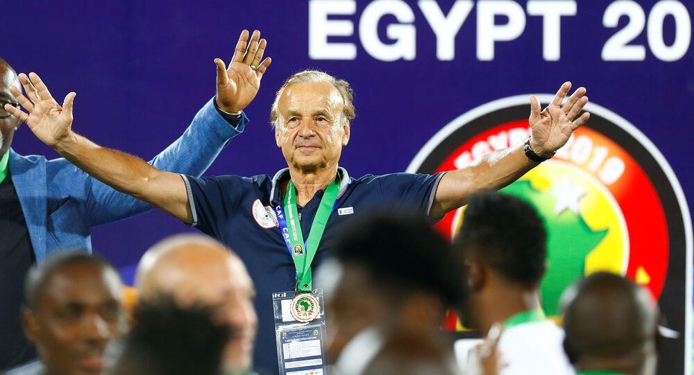 جيرنوت روهر يحتفل بعد فوزه بالمركز الثالث في كأس أمم أفريقيا