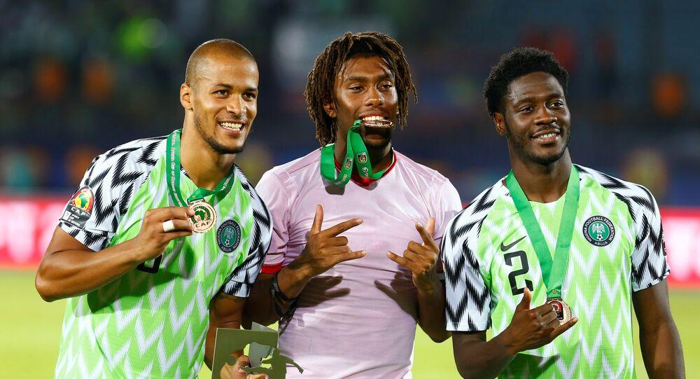 أليكس أيوبي يحتفل مع ويليام تروست إكونغ بالمركز الثالث في كأس أمم أفريقيا