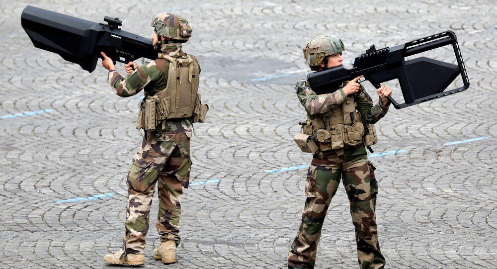 جنود الجيش الفرنسي يحملون أسلحة مضادة للطائرات المسيرة أثناء العرض العسكري بمناسبة يوم الباستيل في شارع الشانزليزيه في باريس، فرنسا، 14 يوليو/ تموز 2019
