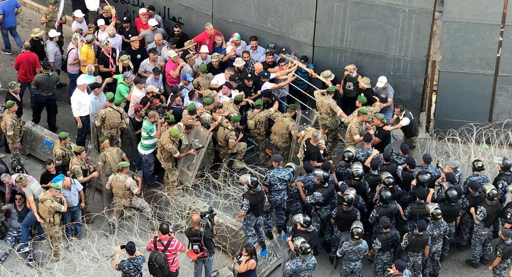 العسكريون المتقاعدون يشتبكون مع قوات الأمن أمام البرلمان اللبناني، 19 يوليو/تموز 2019