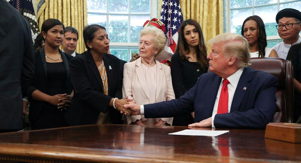 لقاء الرئيس الأمريكي دونالد ترامب 27 شخصا من الناجين من الاضطهاد الديني من 17 دولة مختلف أنحاء العالم