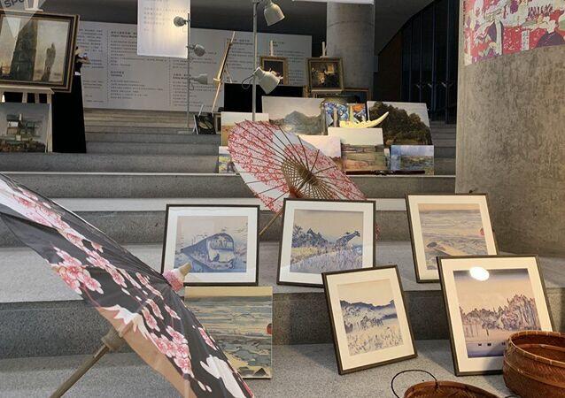 أعمال فنية لرجل آلي صيني ضمن معرض للفنون