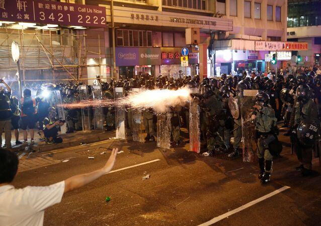 الشرطة الصينية تفرق المتظاهرين المشاركين في مسيرة للمطالبة بالاصلاحات الديموقراطية في هونغ كونغ، 21 يوليو/ تموز 2019