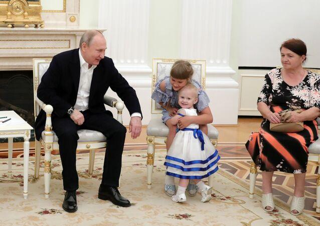 الرئيس الروسي فلاديمير بوتين خلال لقائه مع عائلات تضررت من فيضانات هائلة في منطقة إركوتسك الروسية في الكرملين، موسكو 25 يوليو/ تموز 2019