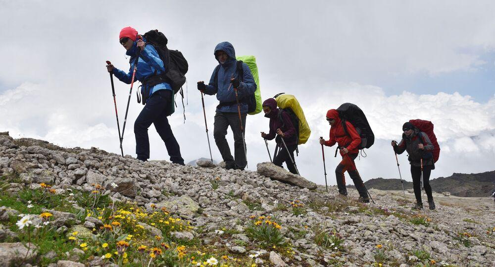 متسلقو الجبال في إلبروس أثناء صعودهم من جرف صخري جيلي-سو في قبردينو بلقاريا الروسية