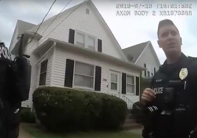 شرطي ينقذ رضيع