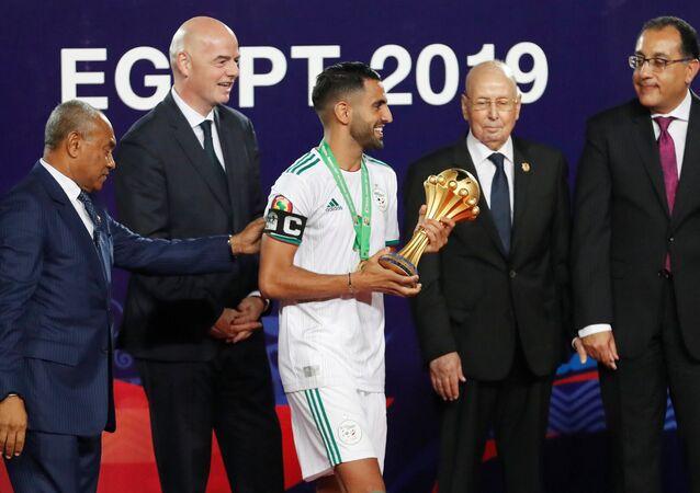 اللاعب الجزائري رياض محرز أثناء رفعه كأس الأمم الأفريقية في مصر 2019