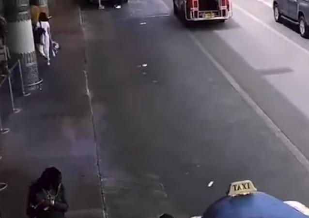 انفجار باور بنك في حقيبة سيدة بمطار في تايلاند