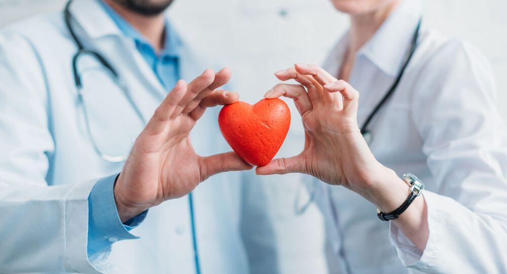 أطباء يحملون قلبا