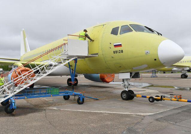 طائرة سوخوي سوبرجيت 100 في مصنع غاغارين لإنتاج الطائرات في منطقة كومسومولسك-نا-آمور (كومسومولسك-على-آمور)