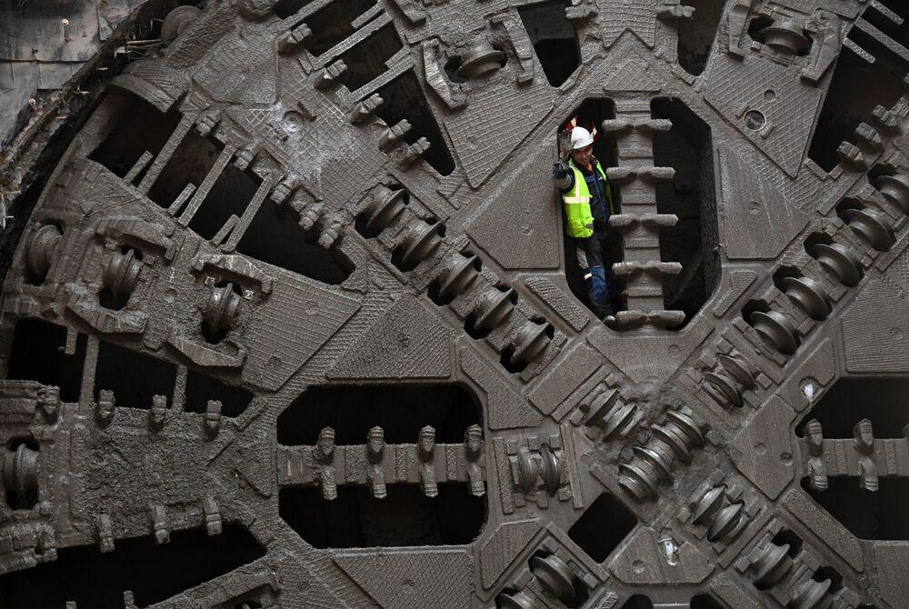 عامل خلال فحص درع الأنفاق الوقائي أثناء بناء محطة مترو جديدة في موسكو اسمها نيجيغورودسكايا