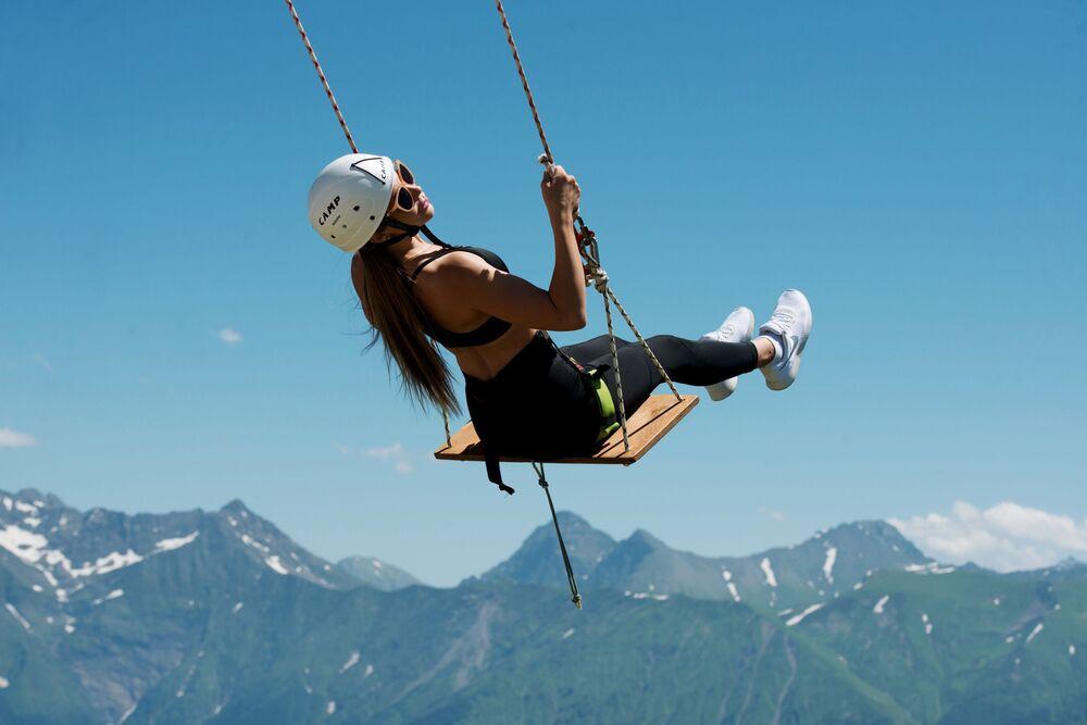 فتاة تتأرجح في منتجع التزلج روزا خوتار في سوتشي الروسية