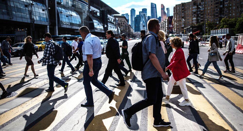 مارة يعبرون الشارع في منطقة بالقرب من مترو كييفسكي فوكزال وسط موسكو