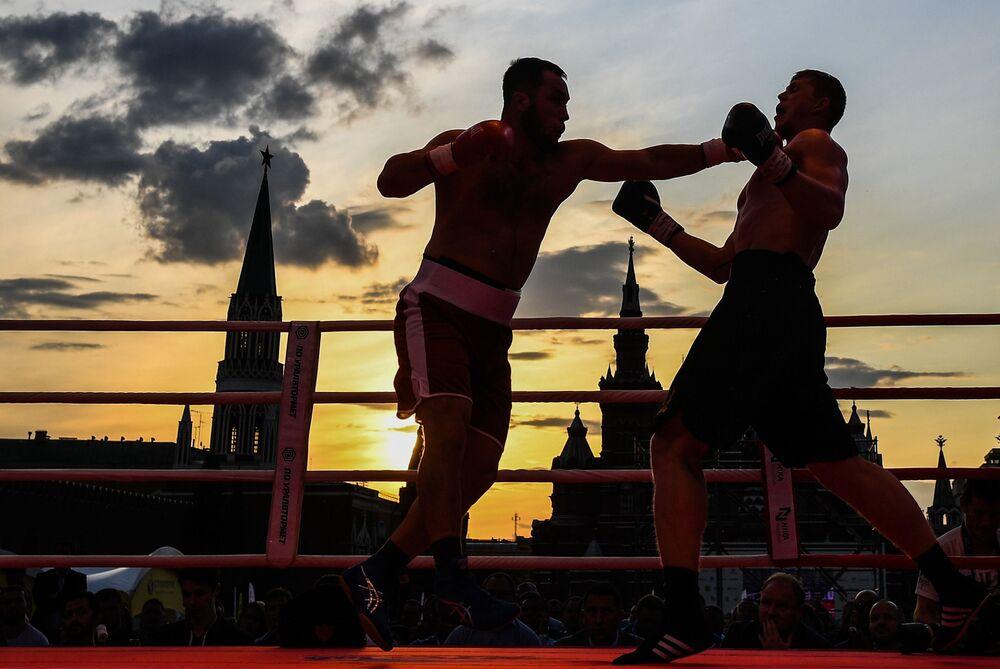 بيكزوجون رحمانوف (من أوزبكستان، يسار) وفيتشيسلاف ريابوف (من روسيا، يمين) في إطار مهرجان الملاكمة الرياضي على الساحة الحمراء في موسكو
