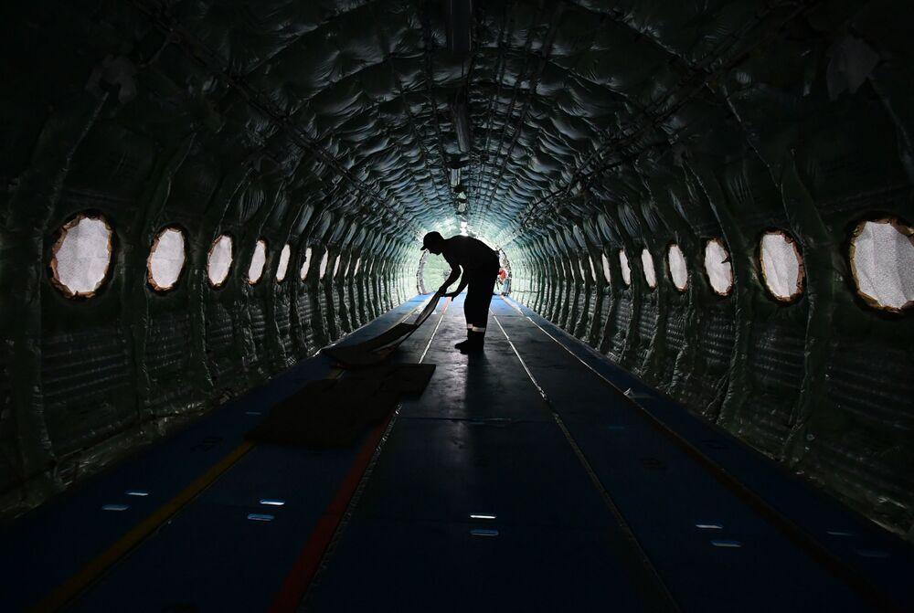 عامل داخل الطائرة سوخوي سوبرجيت 100 في مصنع غاغارين في منطقة كومسومولسك-نا-آموري (كومسومولسك على آمور) الروسية