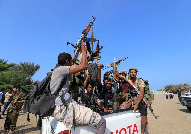 جنود حوثيون فوق إحدى المركبات في اليمن، 24 يوليو/تموز 2019