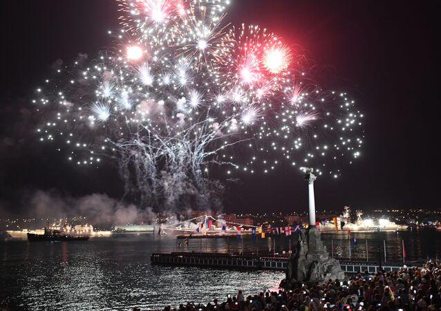 ألعاب نارية بمناسبة يوم البحرية الروسية في سيفاستوبل، القرم، روسيا
