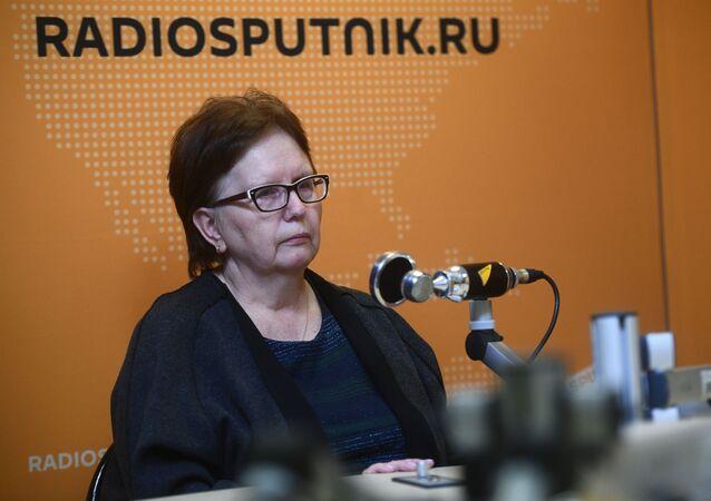 والدة المصور الصحفي الروسي أندريه ستينين في استوديو سبوتنيك في موسكو