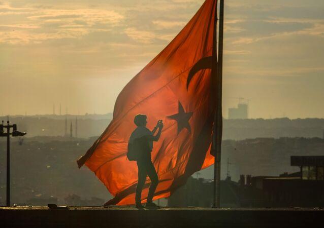 مشجعو كرة القدم خلال مظاهرة في ميدان تقسيم في اسطنبول. اسطنبول، تركيا 06.08.2013