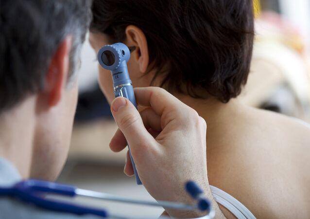 طبيب الأنف والأذن والحنجرة