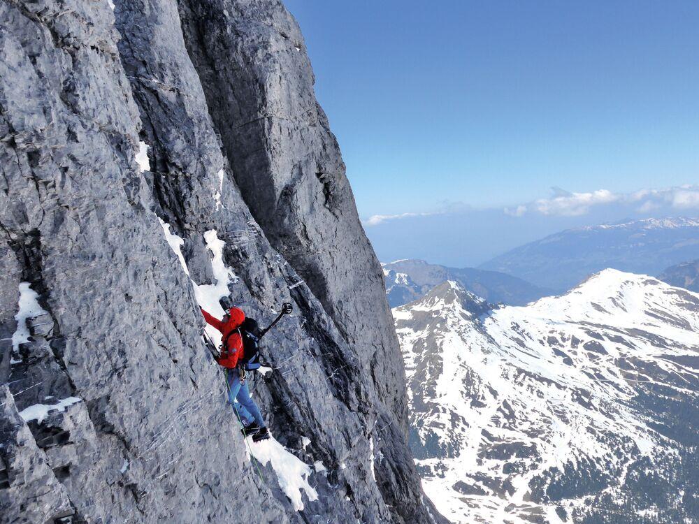 متسلق أثناء التسلق إلى قمة جبال الألب السويسرية، 30 أغسطس 2014