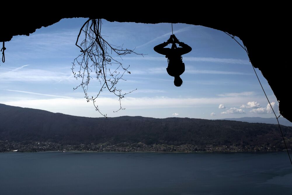 التسلق عند بحيرة أنيسي، فرنسا 28 مارس 2017