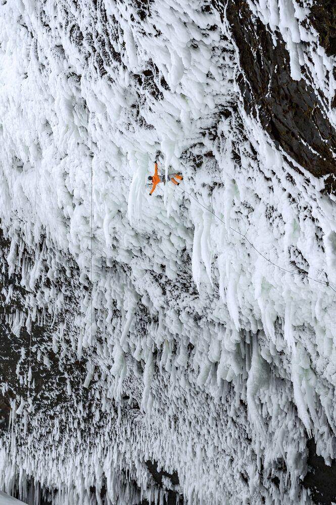 تسلق الجليد في شلالات هيلمكين في كولومبيا البريطانية، كندا 22 فبراير 2018