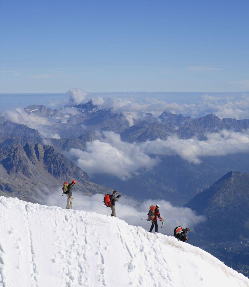 المتسلقون يغادرون قمة جبال الألب في الجهة الفرنسية