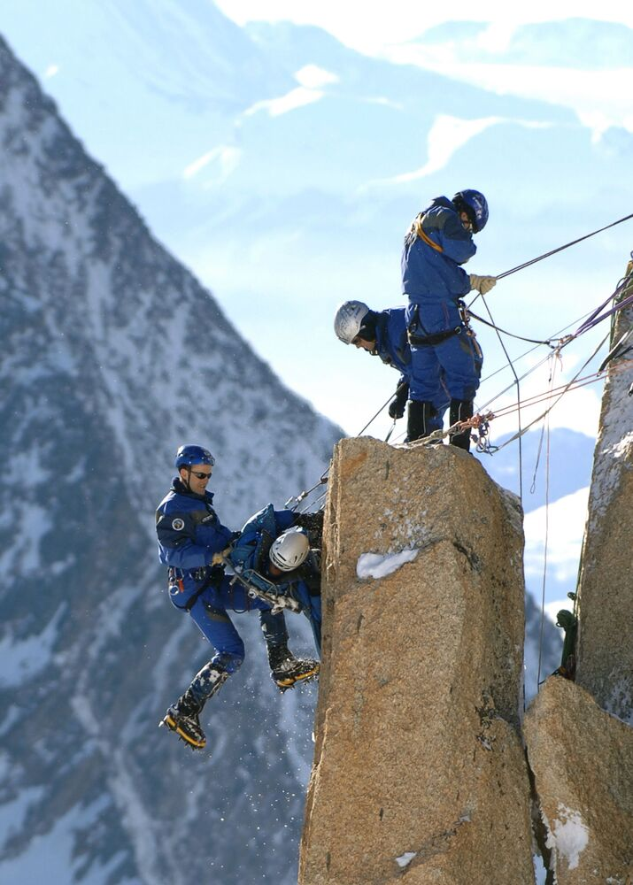 العلماء المتسلقون يصعدون جبال الألب في الجهة الفرنسية، 19 يناير 2006