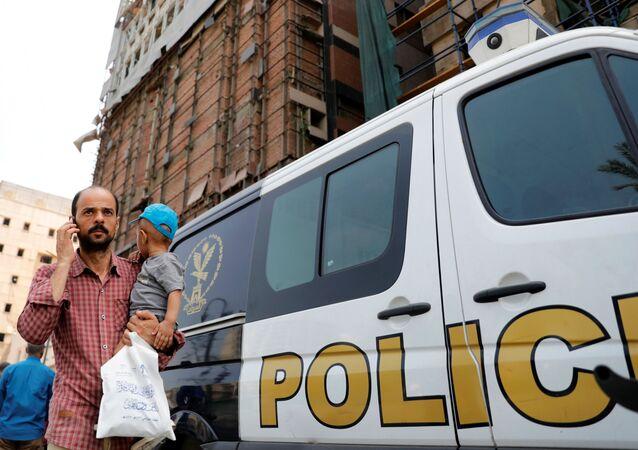 سيارات شرطة بالقرب من معهد الأورام في القاهرة