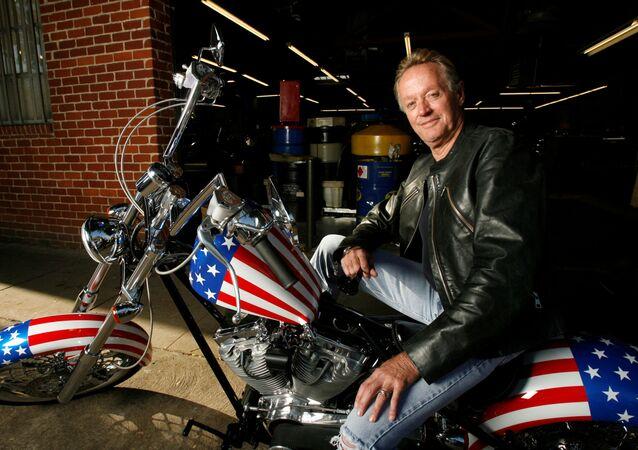 الممثل الأمريكي بيتر فوندا يجلس على دراجة كابتن أمريكا من فيلم إيزي رايدر