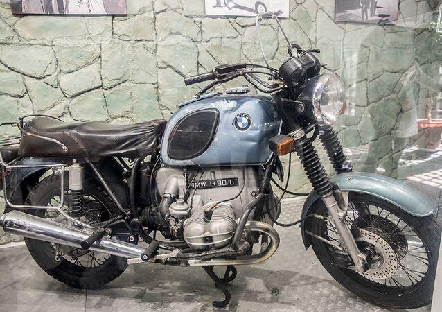 دراجة نارية بي ام دبليو أر 90/6 (BMW R 90/6) لآخر شاه إيراني، محمد رضا بهلوي، في متحف السيارات الملكية على أراضي مقر إقامة الشاه السابق في قصر سعد آباد في إيران.