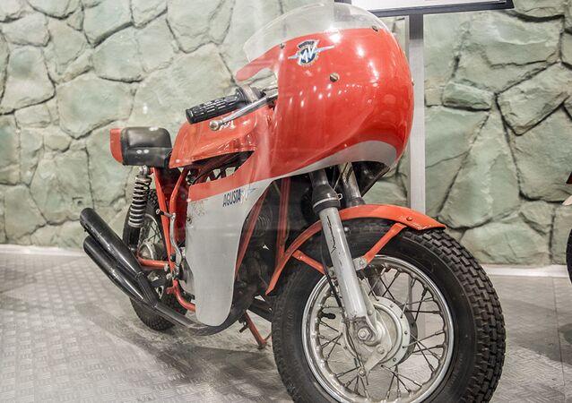 دراجة نارية (MV Agusta Mini Bike) لآخر شاه إيراني، محمد رضا بهلوي، في متحف السيارات الملكية على أراضي مقر إقامة الشاه السابق في قصر سعد آباد في إيران.