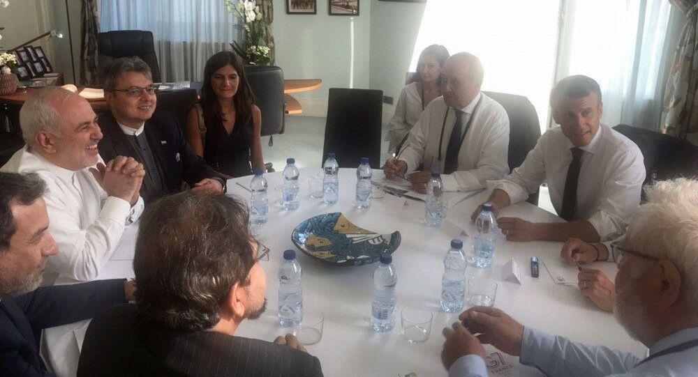 وزير الخارجية الإيراني محمد جواد ظريف في اجتماع مع الرئيس الفرنسي إيمانويل ماكرون