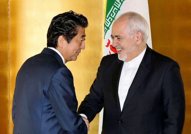 وزير الخارجية الإيراني محمد جواد ظريف خلال اجتماعه مع رئيس الوزراء الياباني شينزو آبي في طوكيو