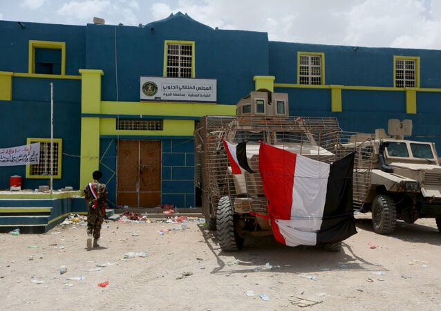 مركبات عسكرية أمام مقر المجلس الانتقالي الجنوبي في مدينة عتق في عدن جنوبي اليمن